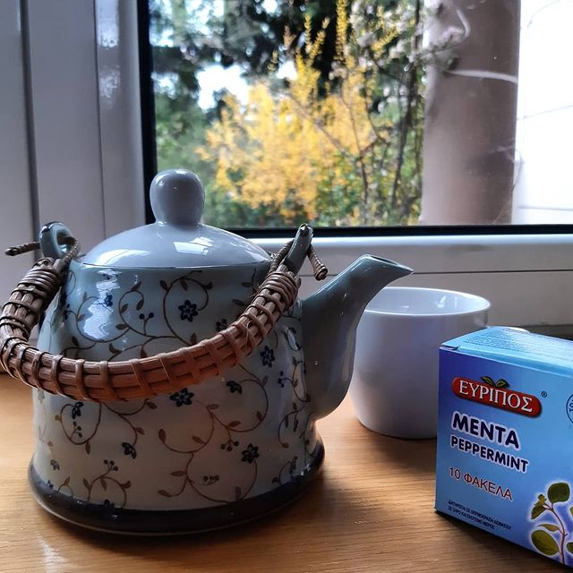 reduce period bloating with peppermint tea
